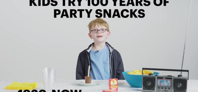 Kinder probieren Party Snacks der letzten 100 Jahre
