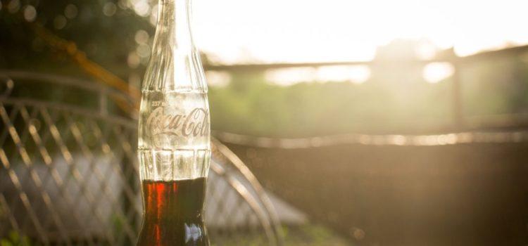 Coca Cola Flasche im Sonnenschein